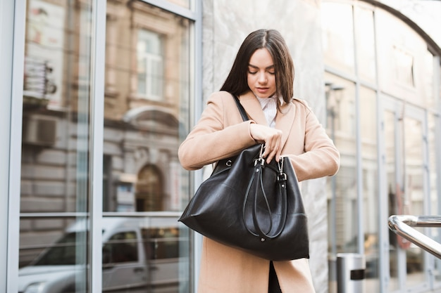 Menina jovem, com, bolsa, ligado, rua