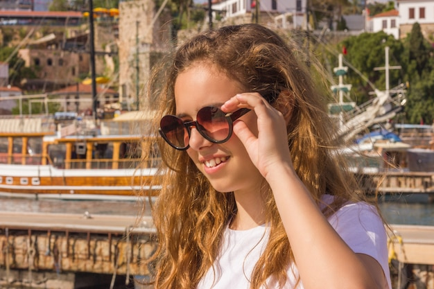 Menina jovem, com, cabelo longo, ligado, a, cais, em, a, iate, porto