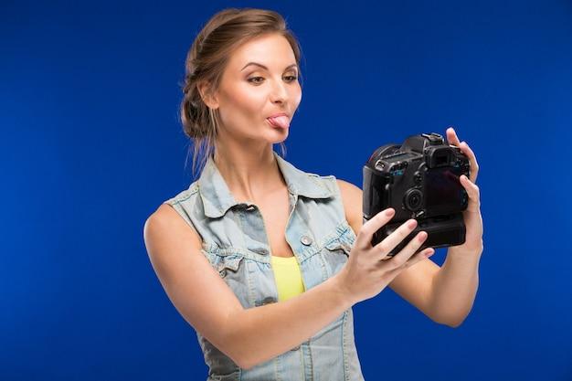 Menina jovem, com, câmera, em, mão