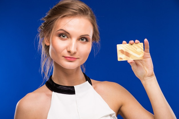Menina jovem, com, cartão crédito, em, mãos