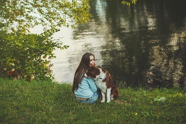 Menina jovem, com, dela, cão