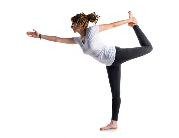 Menina jovem, com, dreadlocks, fazendo, ioga