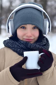 Menina jovem, com, fones, e, xícara café