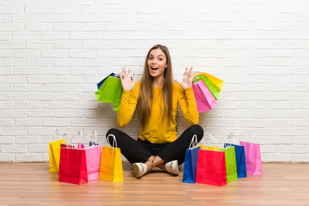 Menina jovem, com, lote, de, bolsas para compras