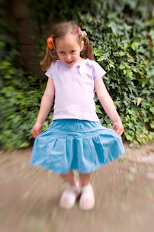 Menina jovem, com, saia azul