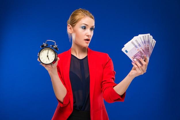 Menina jovem, com, um, despertador, e, dinheiro