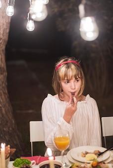 Menina jovem, comer, com, garfo, em, jantar natal