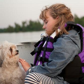 Menina jovem, desgastar, um, vida, casaco, com, dela, cão, em, lago, de, a, madeiras, ontário