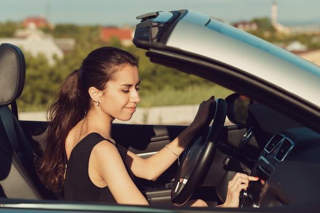 Menina jovem, dirigindo, cabrio, car
