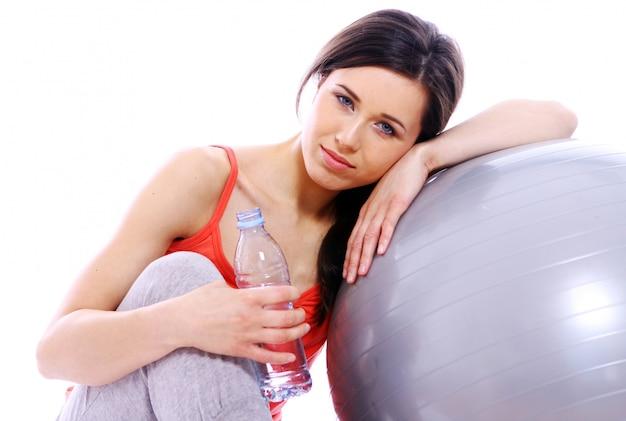 Menina jovem e bonita com garrafa de água mineral