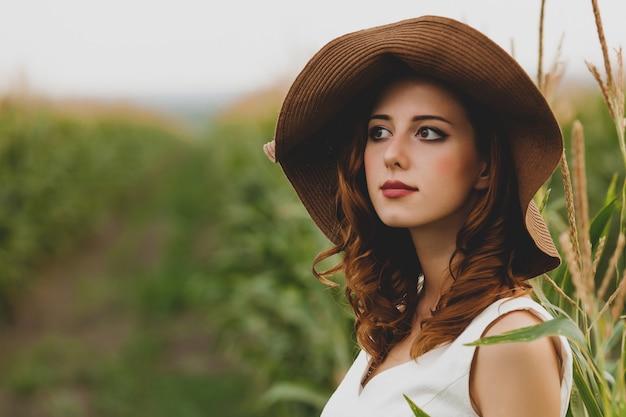 Menina jovem, em, chapéu, em, campo milho