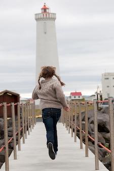 Menina jovem, em, pigtails, corrida, sobre, um, passagem, em, islândia