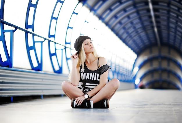 Menina jovem, em, um, grande, t-shirt, estilo hip-hop, e, boné, sentando, em, a, azul, túnel