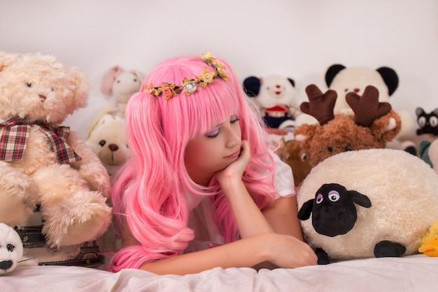 Menina jovem, em, um, quarto, em, um, cor-de-rosa, cute, vestido