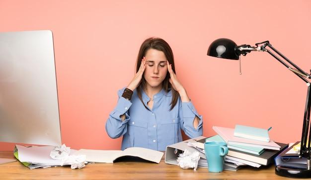 Menina jovem estudante com dor de cabeça