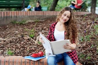 Menina jovem estudante com o bloco de notas