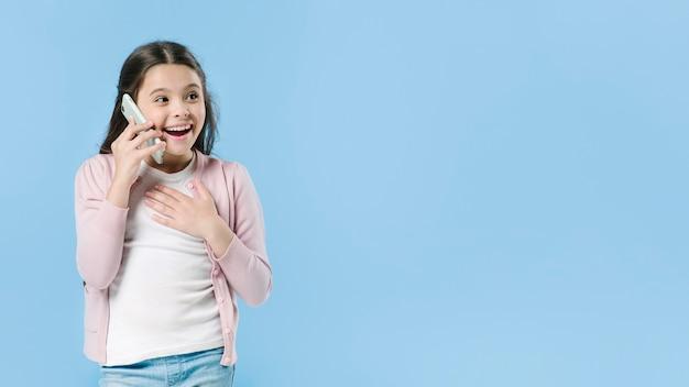 Menina jovem, falando, ligado, móvel, em, estúdio