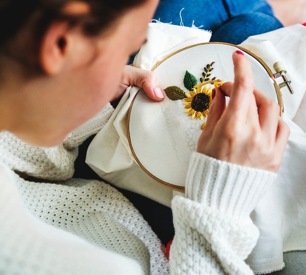 Menina jovem, fazendo, algum, needlework