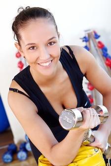 Menina jovem fazendo exercícios de fitness
