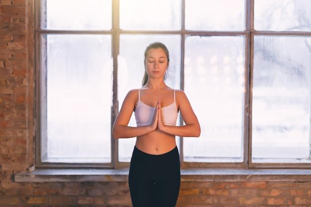 Menina jovem, fazendo, ioga, sozinha, em, a, ioga, sala, pela janela, em, a, manhã