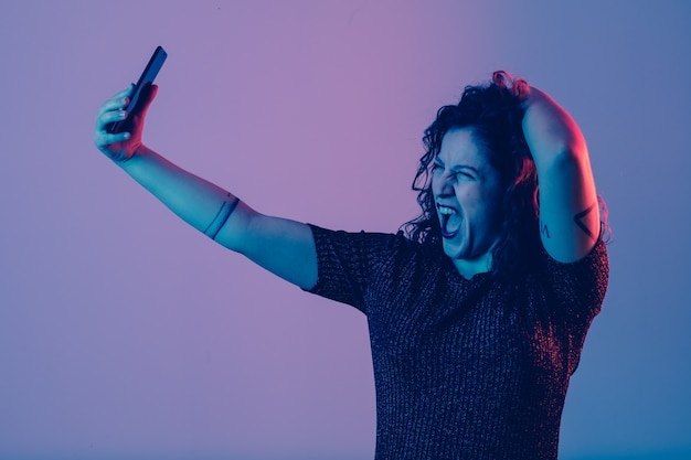 Menina jovem, fazendo, selfie, e, tendo divertimento, ligado, um, partido