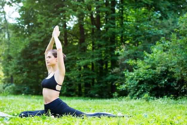 Menina jovem fazendo yoga.