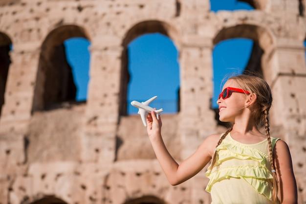 Menina jovem, frente, colosseum, em, roma, itália