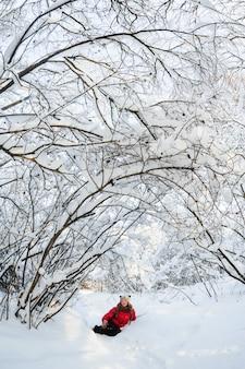 Menina jovem, jogar neve