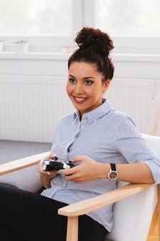 Menina jovem, jogos jogando, casa