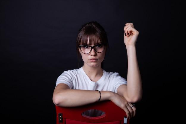 Menina jovem, ligado, cadeira vermelha