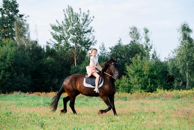 Menina jovem, montando, um, cavalo