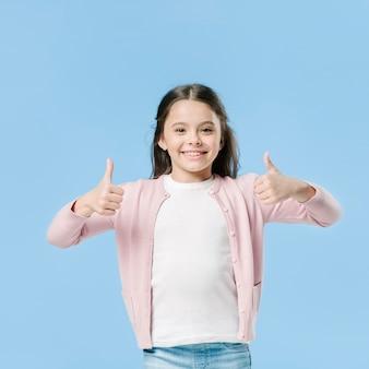Menina jovem, mostrando, semelhante, sinal, em, estúdio