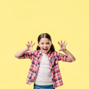 Menina jovem, rugindo, em, estúdio, jovem