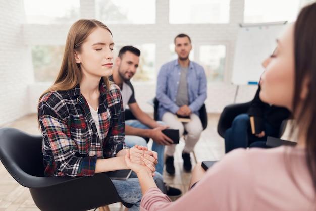 Menina jovem, segura, mão, de, mulher, durante, terapia grupo, sessão