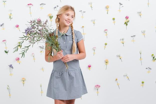 Menina jovem, segurando, buquê flores