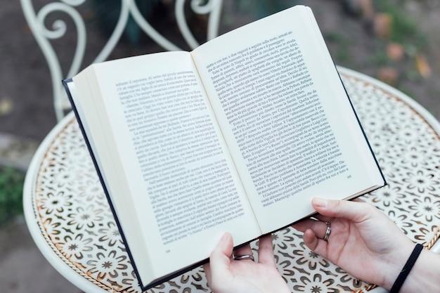 Menina jovem, segurando um livro