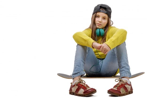 Menina jovem, sentando, ligado, patim