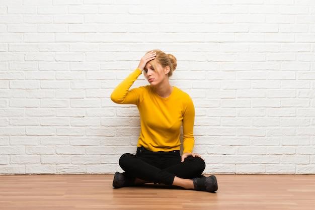 Menina jovem, sentar chão, com, surpresa, e, choque, expressão facial