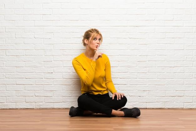 Menina jovem, sentar chão, mostrando, um, sinal, de, fechamento, boca, e, silêncio, gesto