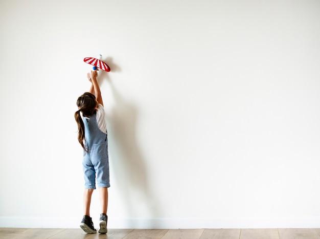Menina jovem, tocando, com, um, avião brinquedo
