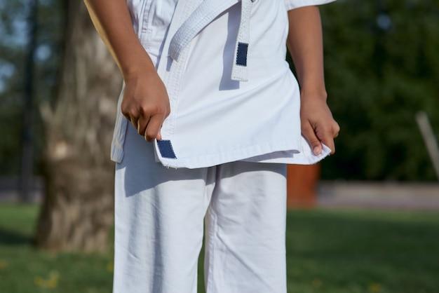Menina karateca vestindo quimono de karatê branco