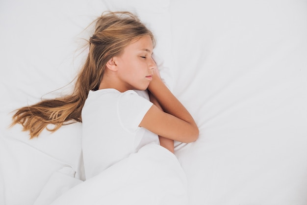 Menina lateral que dorme com espaço da cópia