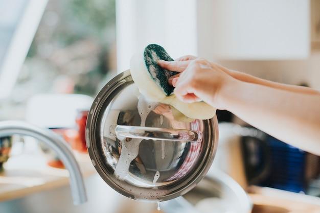 Menina lavando a louça