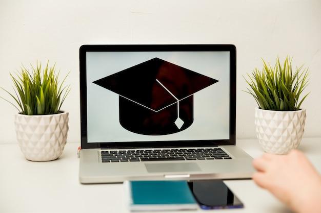 Menina lendo aplicativo de faculdade ou universidade ou documento da escola. carta de aceitação da faculdade ou papel para empréstimo de estudante. formulário de preenchimento do candidato ou estudos de planejamento.