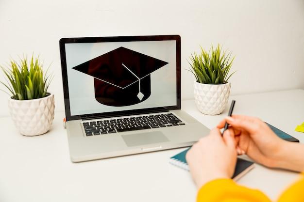 Menina lendo aplicativo de faculdade ou universidade ou documento da escola.