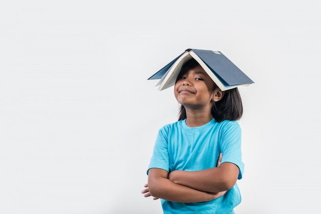 Menina lendo livro em estúdio tiro