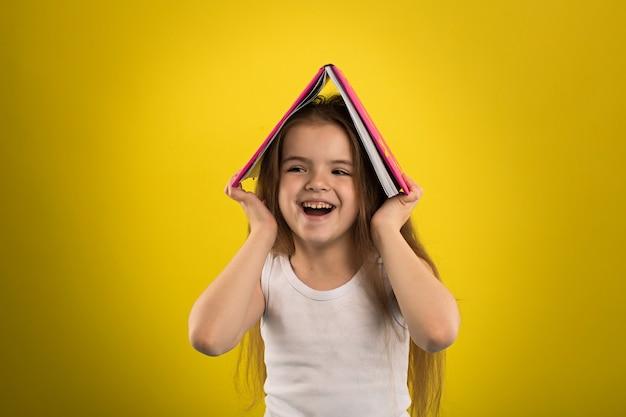 Menina, lendo um livro, em, um, cobertura cor-de-rosa