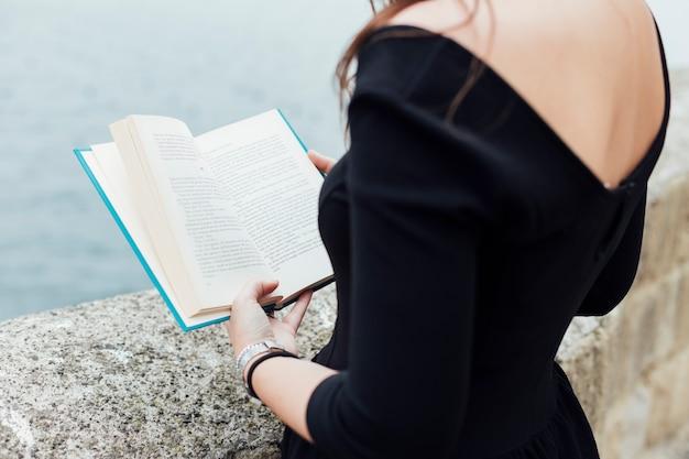 Menina, lendo um livro, perto, a, mar