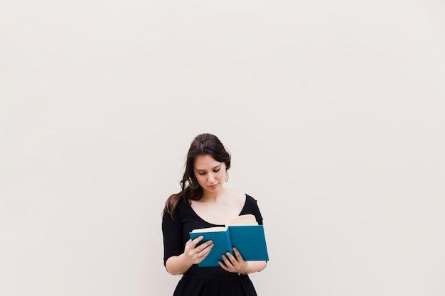 Menina, lendo um livro