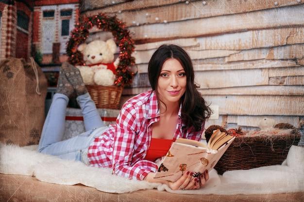 Menina lendo um livro.